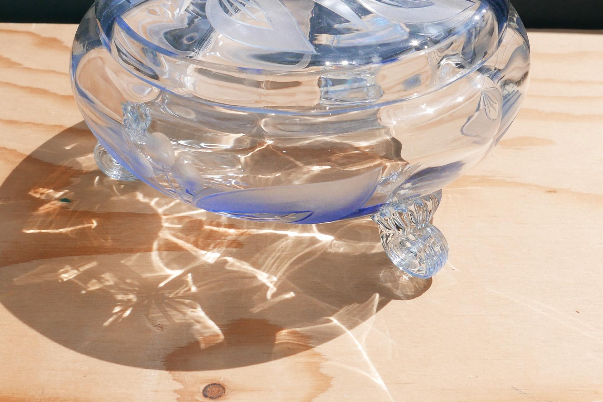 Bonboniere mit Füßchen als Voluten blaues Glas