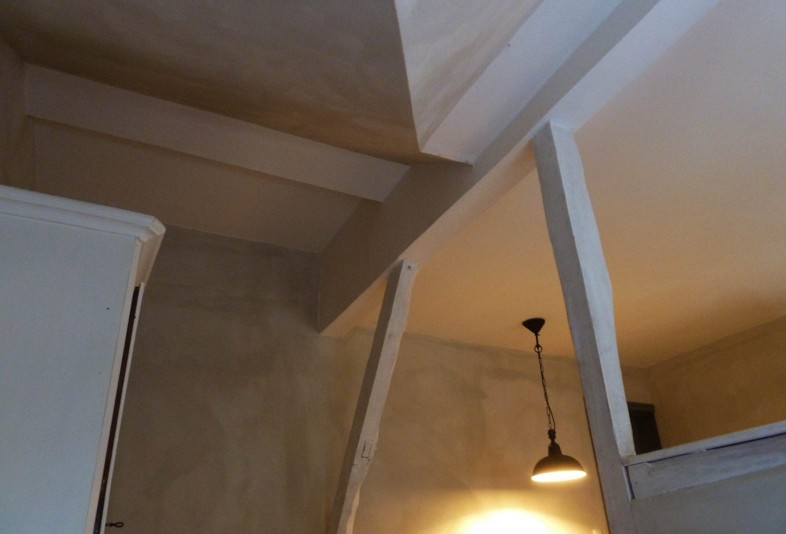 Decke in einem Zimmer im Elbeglück, Lehmfarben und weiß lasierte Balken