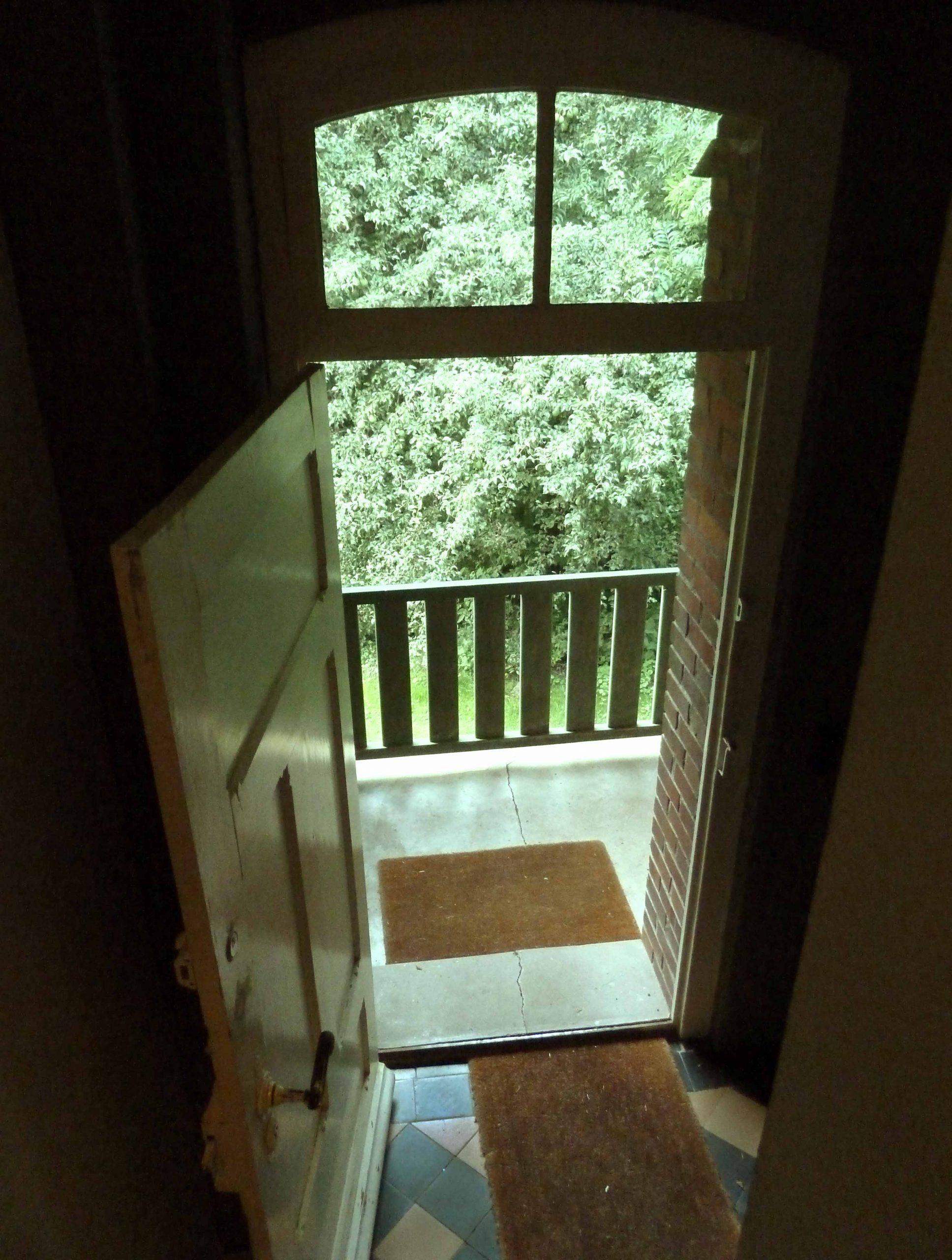 Hauseingang Elbeglück aus der Treppe gesehene offene Tür