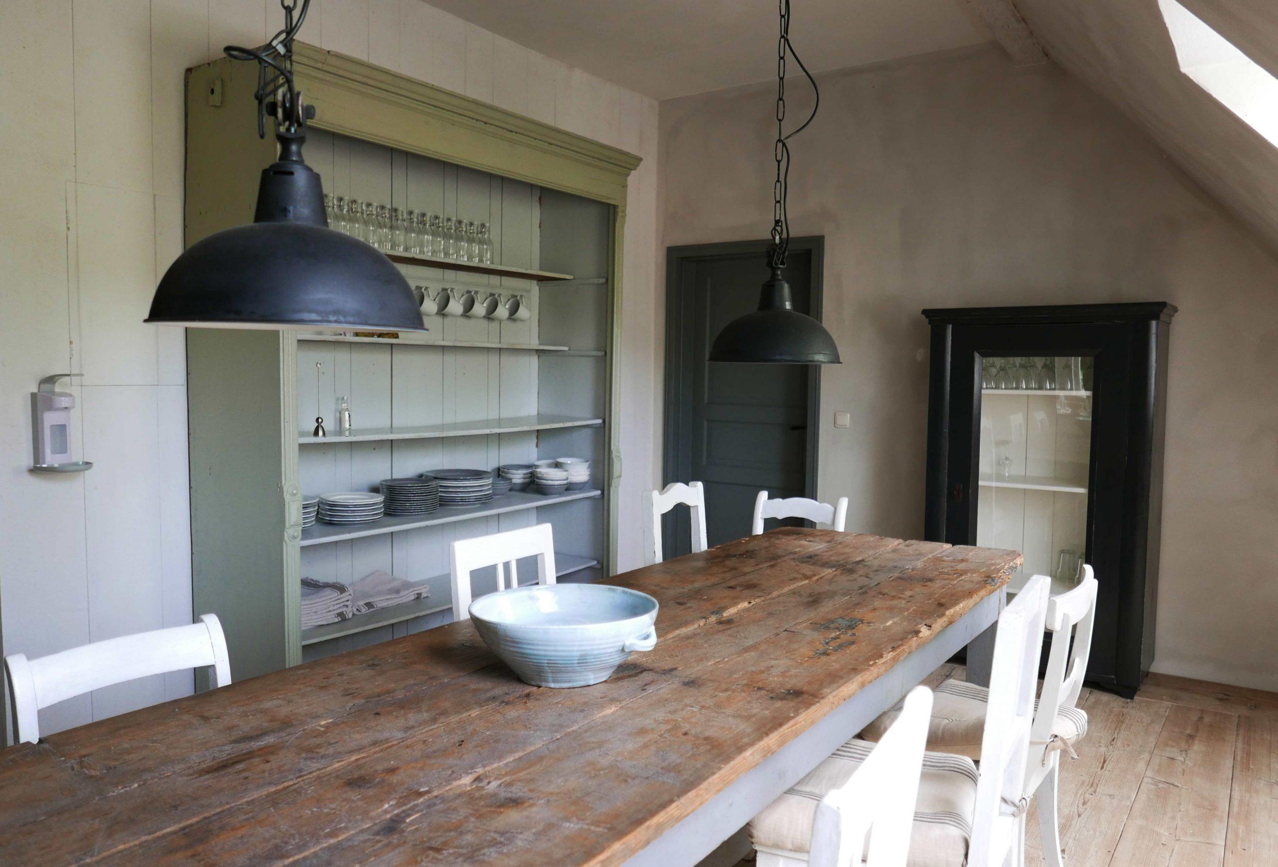 Elbeglück der gemeinsame Bereich mit einem langen Tisch und Regalen