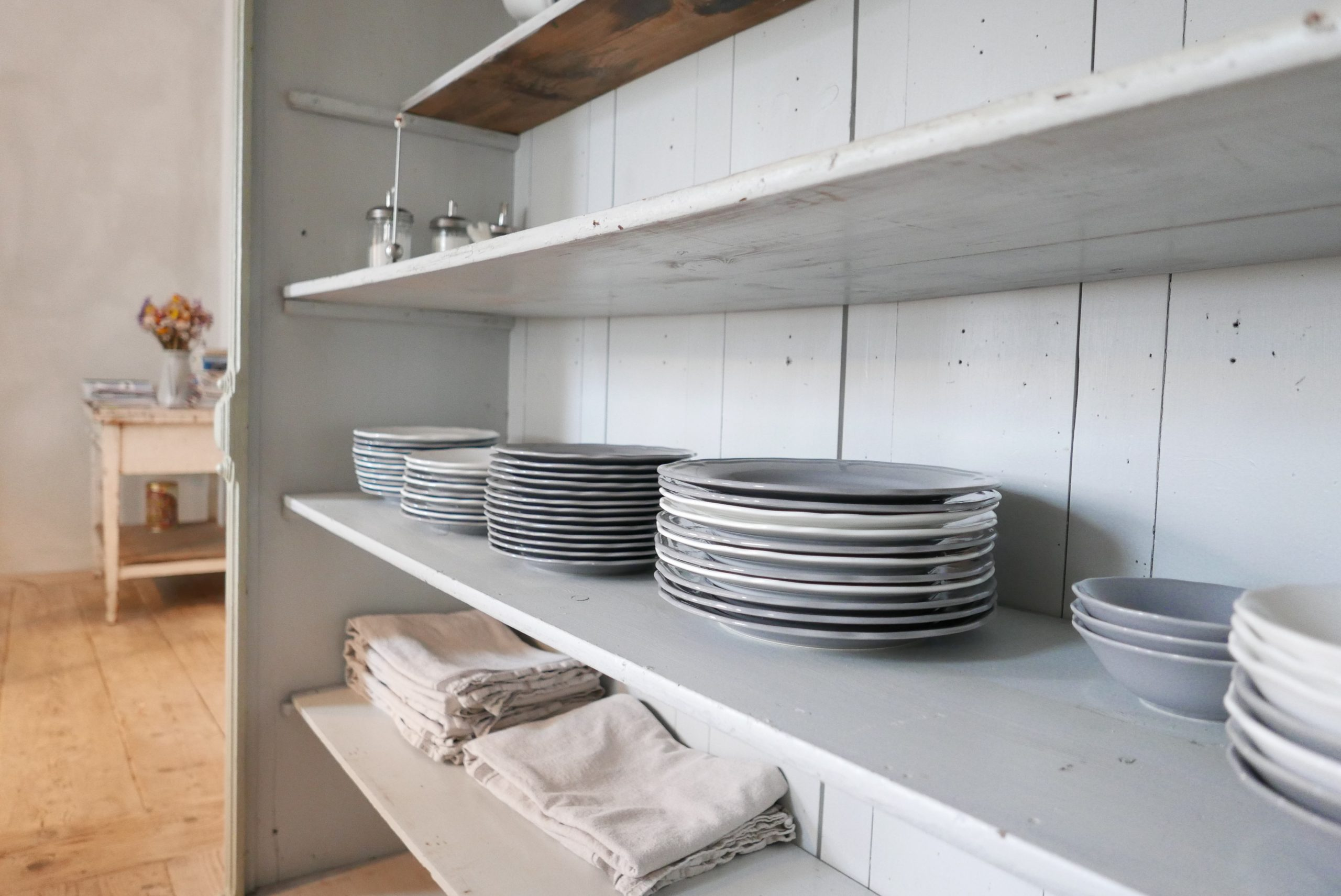 Regal mit Geschirr in dem Frühstücksraum Elbeglück Mödlich Pension am Elbdeich