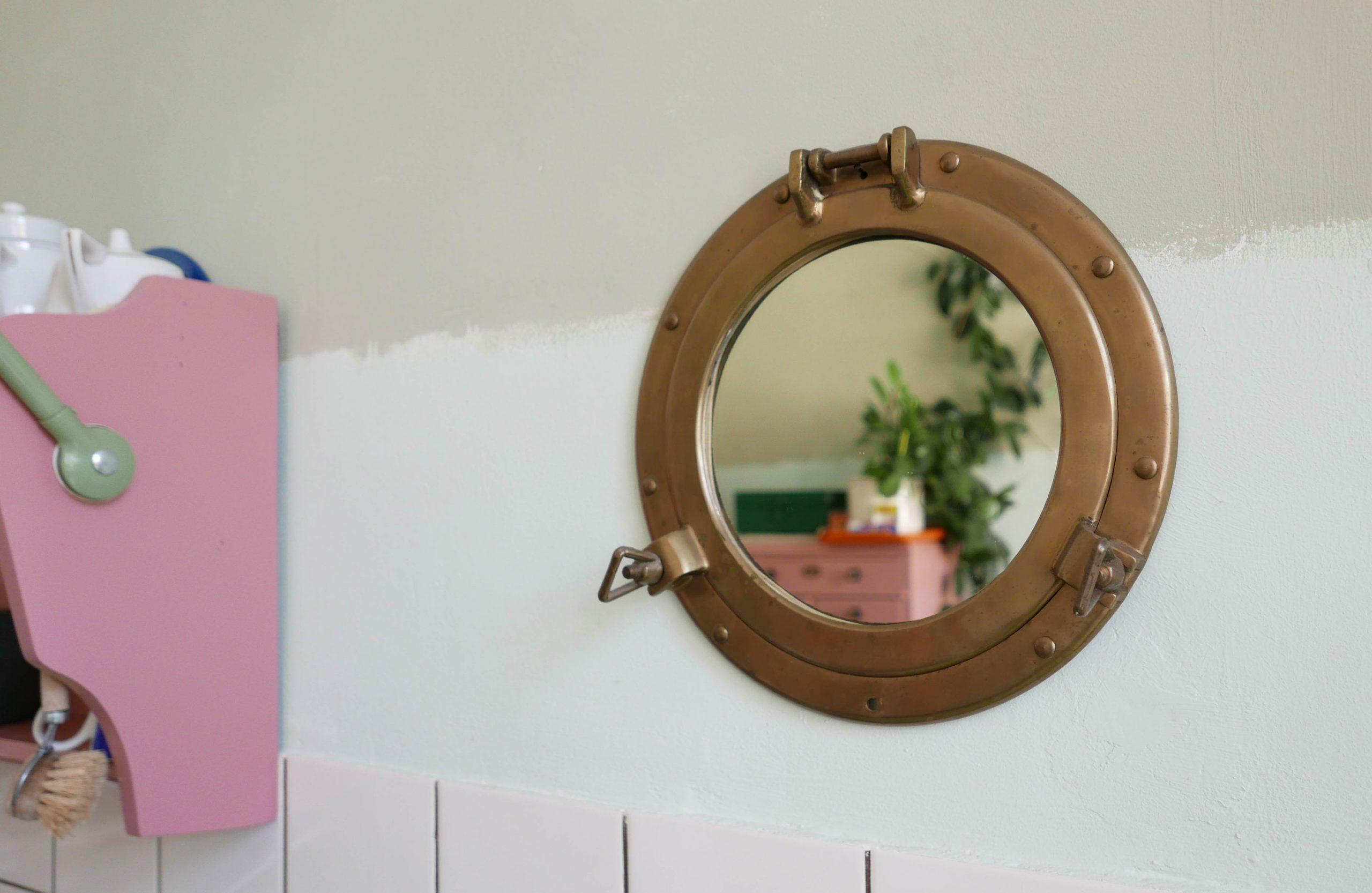 Slow Design Reflexionen Spiegelung einer Pflanze in einem Bullaugen Spiegel