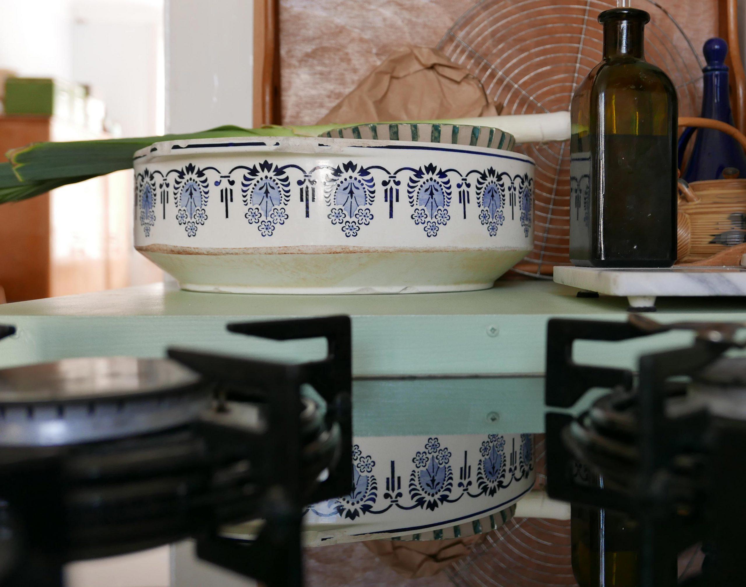 Slow Design Reflexionen Spiegelung einer Steingut Schüssel in der Küche