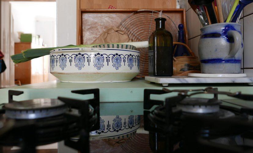 Spiegelung in der Küchenecke, Ornamentschüssel und Ölflasche