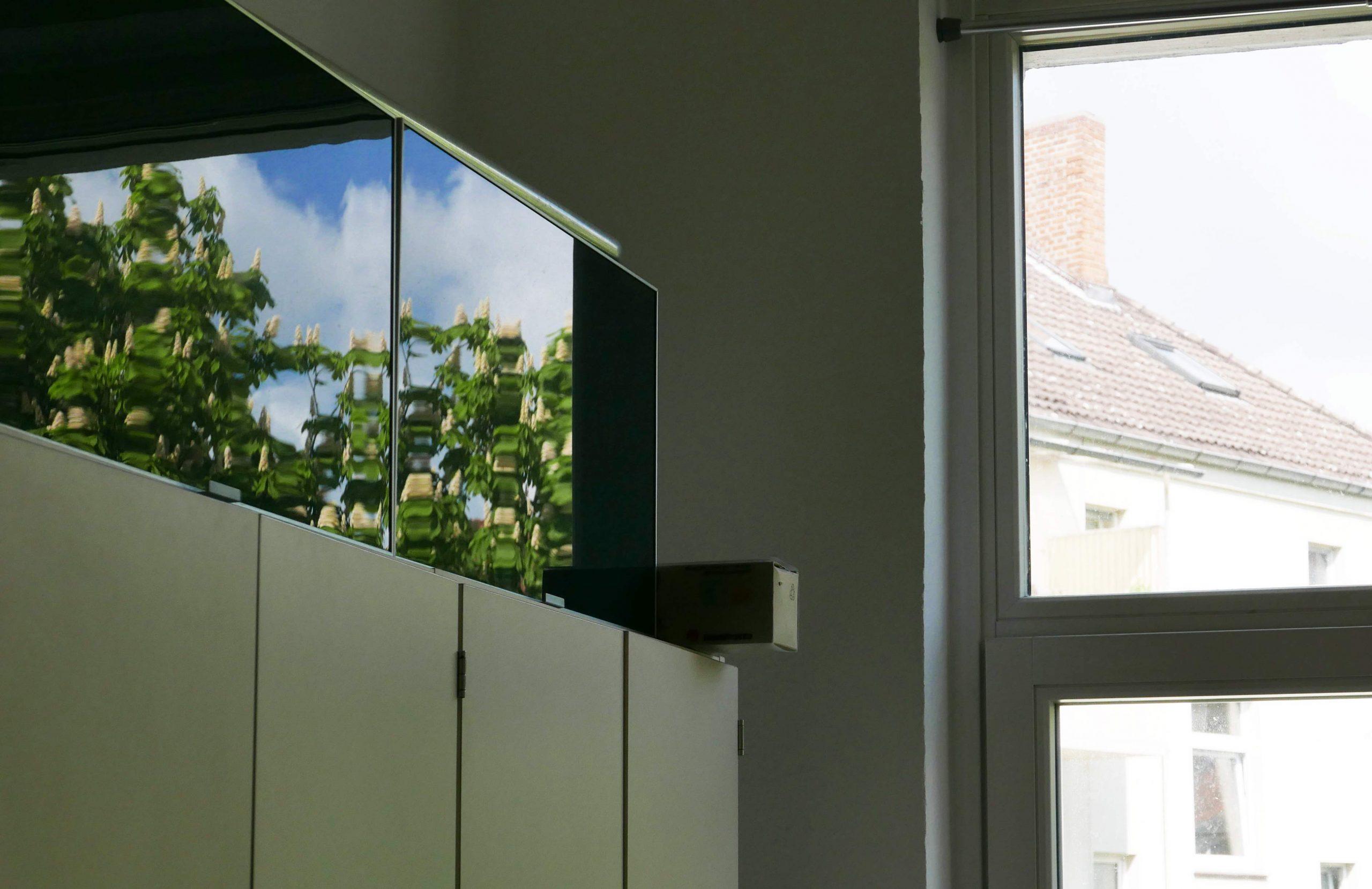 Spiegelung einer Kastanie in einer Schranktür aus Glas Slow Design Reflexionen