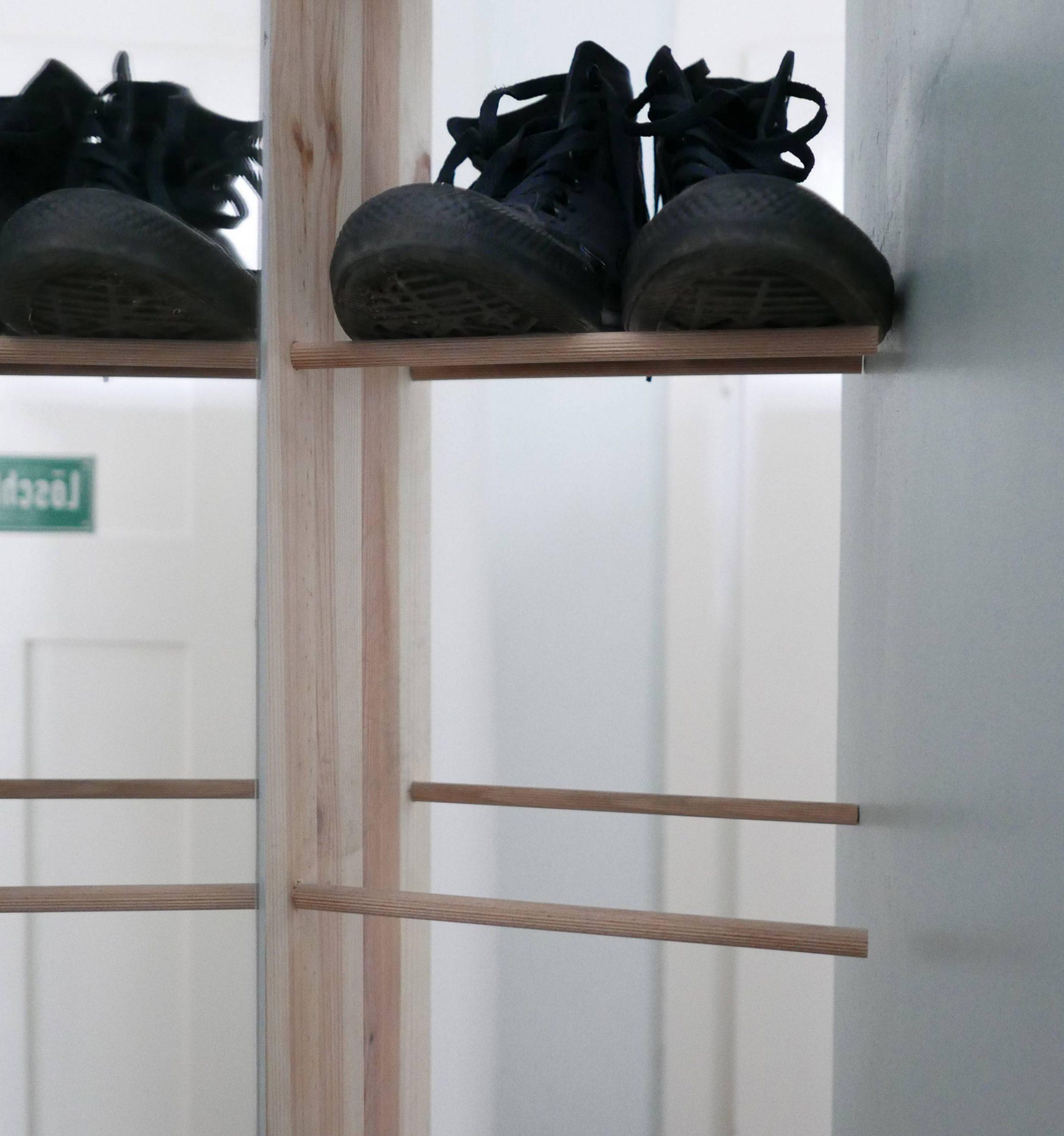 DIY Minimalistisches Schuhregal aus Holz und Chucks