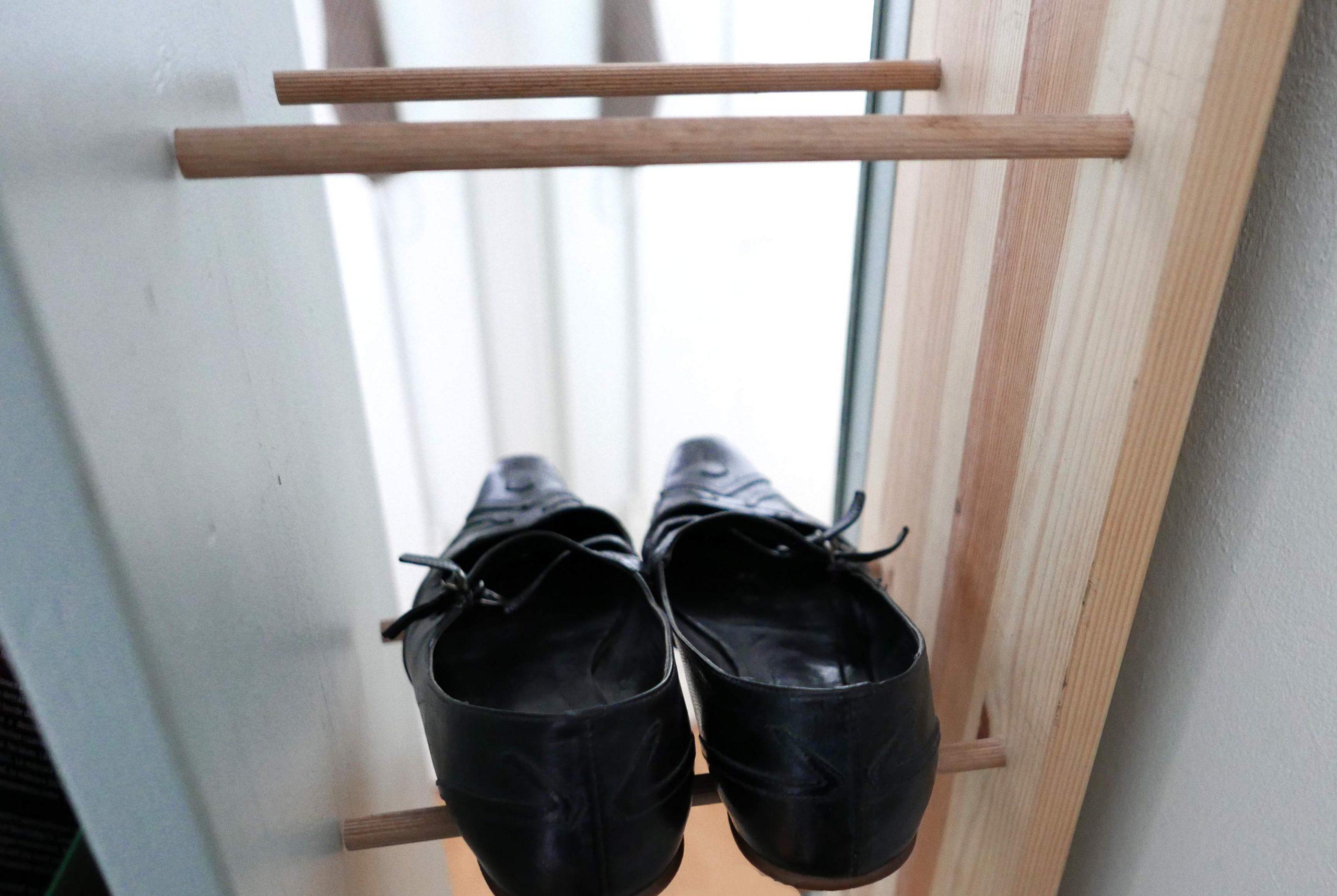 Holz Schuhregal mit Pumps