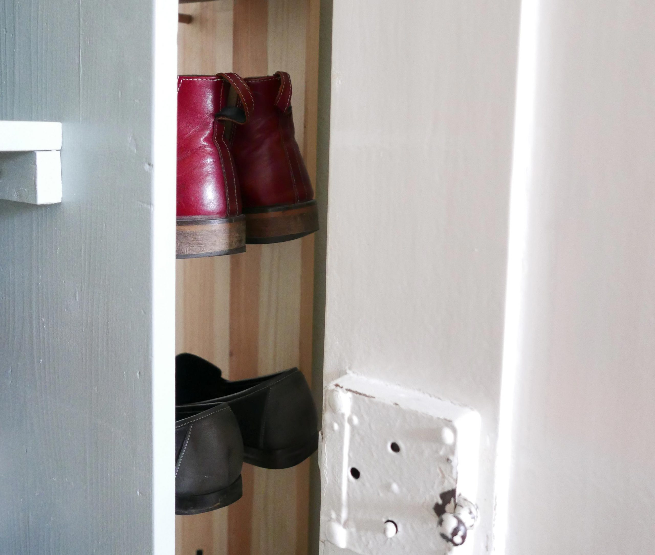 DIY Minimalistisches Schuhregal gesehen hinter der Tür