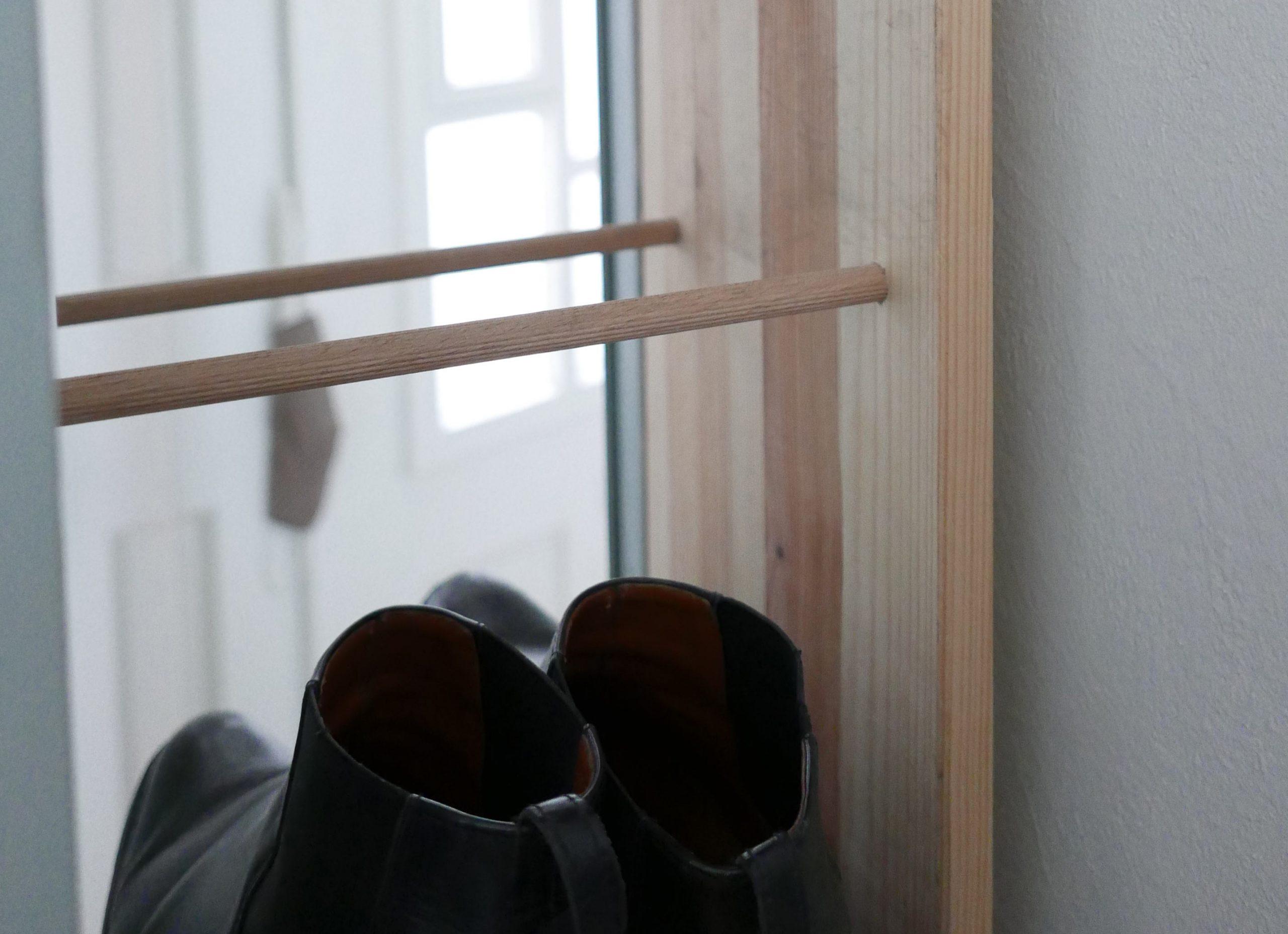 Stiefeletten stehen im DIY Holz Schuhregal