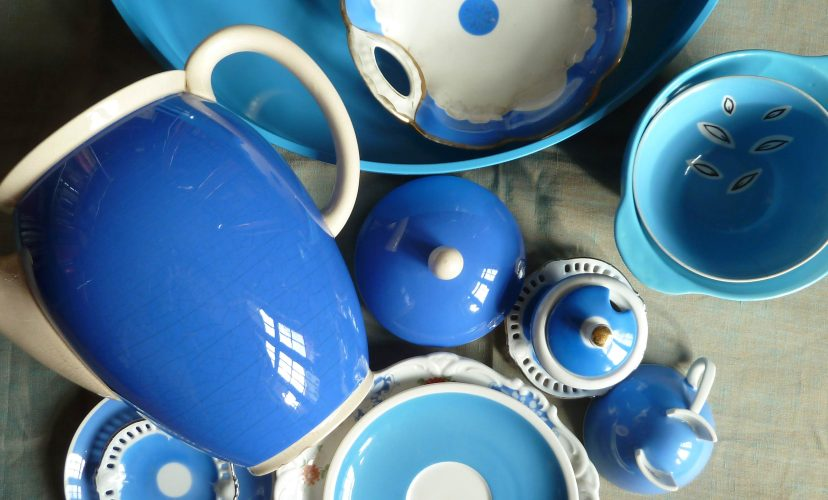 Komposition aus himmelblauen Gefäßen, Villeroy Boch Kaffeekanne Dresden blau