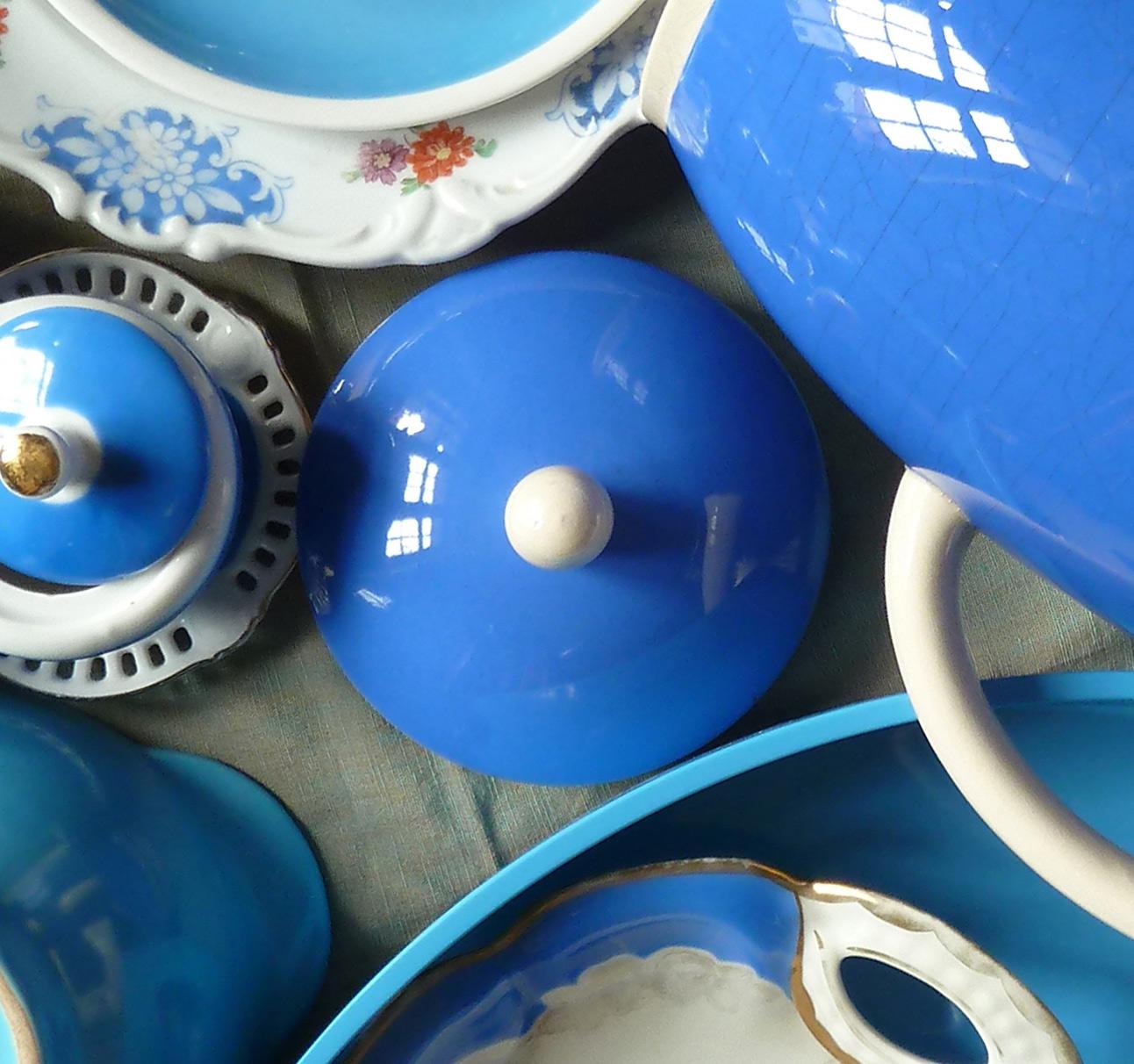 Details einer Komposition aus himmelblau Porzellan