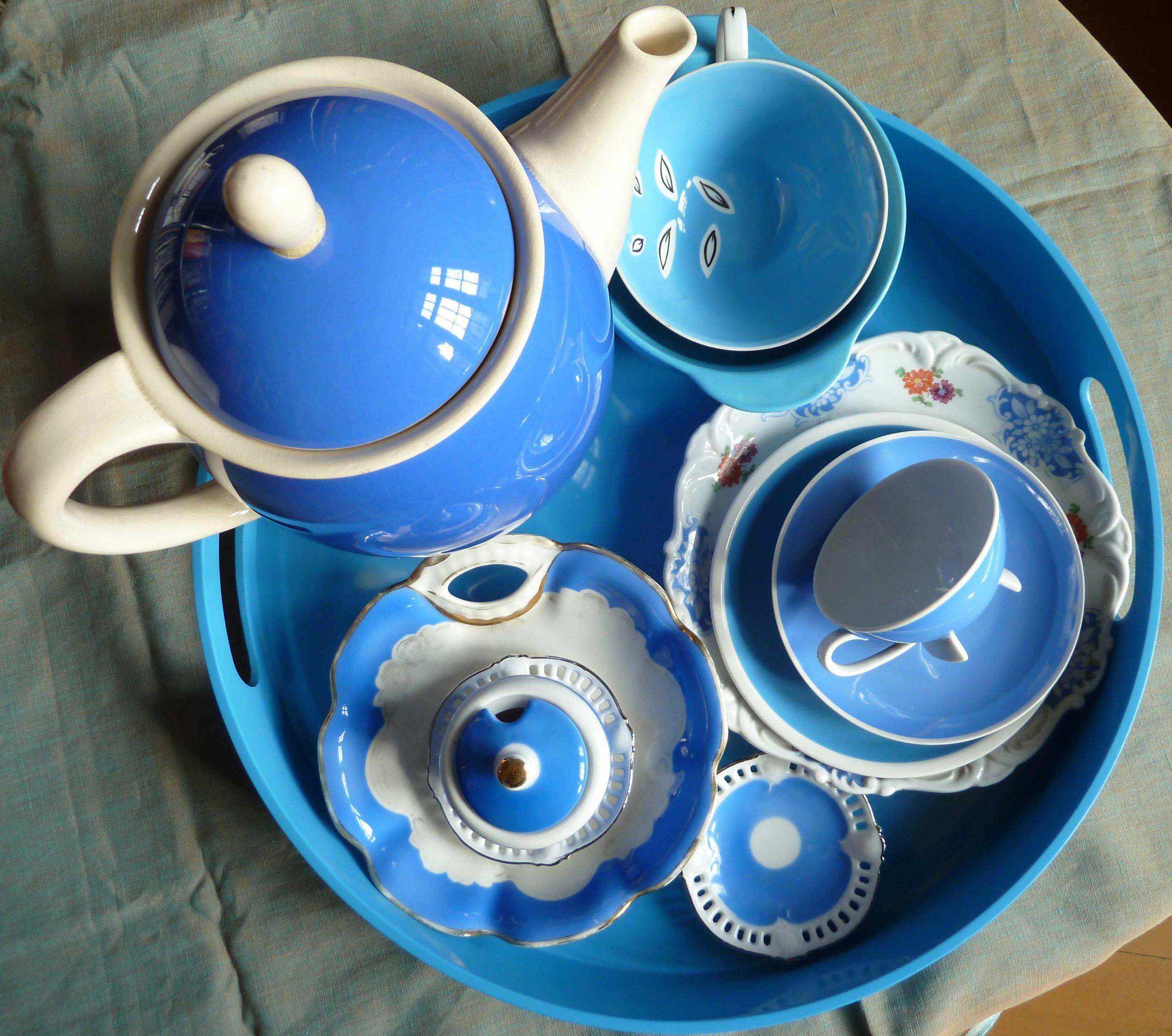 Blaues Geschirr Himmelblau zum Eintauchen auf dem Tablett